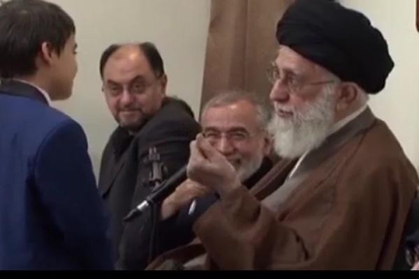 فیلم   پاسخ رهبر انقلاب به نوجوانی که پرسید: اگر امام زنده بود، از ایشان چه میخواستید؟