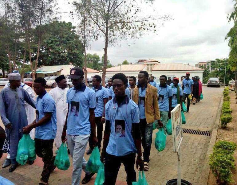 عکس   توزیع غذا میان فقرای نیجریه به نیابت از امام خمینی(ره)