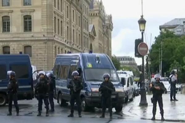 فیلم و عکس | وضعیت پاریس بعد از حمله مردی با چکش به یک پلیس