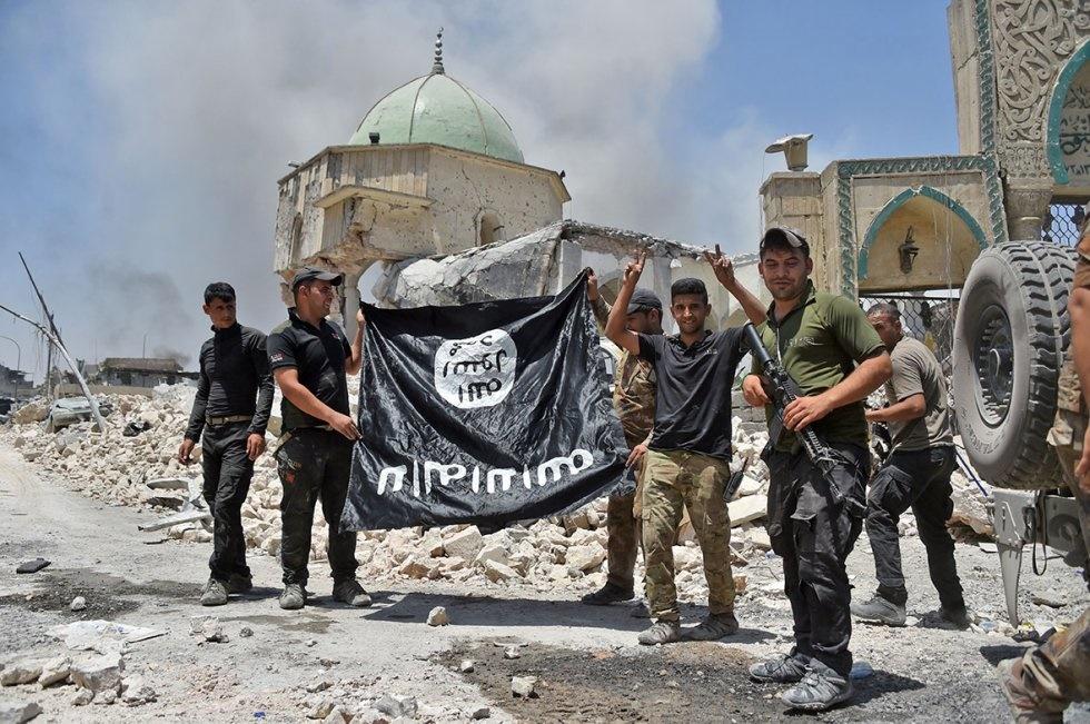 تصاویر | سلفی گرفتن با پرچم وارونه داعش