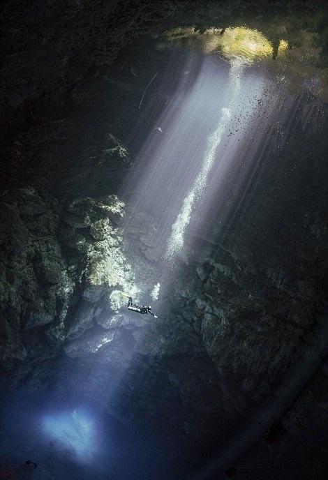 تصاویر | غواصی با ستونهایی از نور در زیر آب