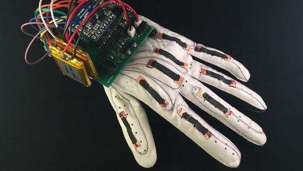 دستکش جدیدی که زبان اشاره را به متن  تبدیل میکند/کمک جدید برای ارتباط ناشنوایان