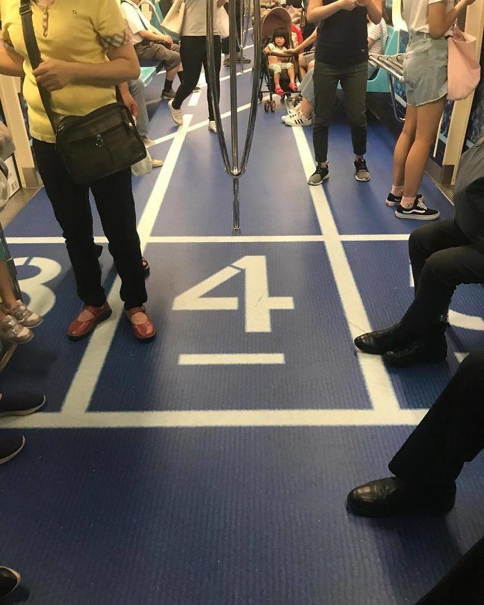 تصاویر   وقتی کف واگنهای مترو به زمین ورزش تبدیل میشود
