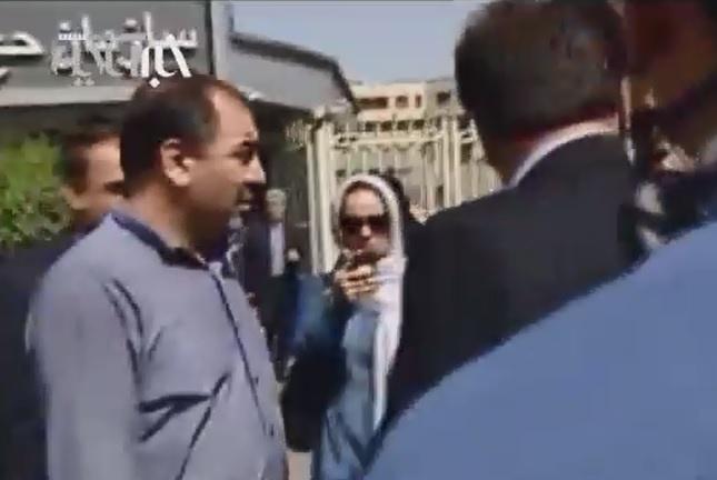 فیلم | تجمع خانواده شهدای منا مقابل سازمان حج | جلوگیری از رسانهای شدن تجمع با زور و کتک!