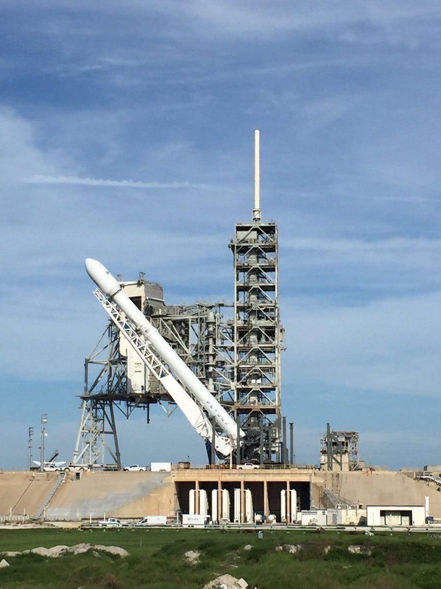 تصویر آمادهسازی موشک فالکون ۹ برای پرتاب سنگینترین محموله خود