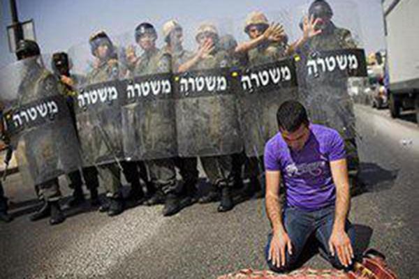 فیلم | نماز خواندن جوان فلسطینی در میان تیراندازی صهیونیستها