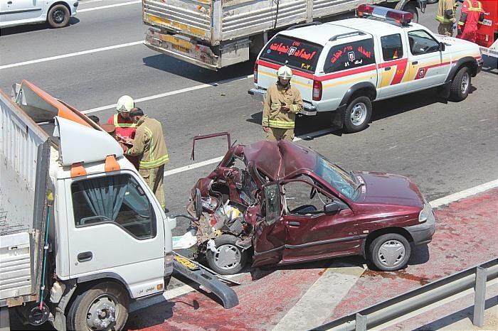 تصاویر | له شدن پراید در تصادف با کامیونت در بزرگراهی در تهران