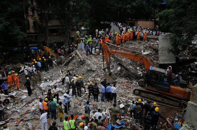 تصاویر | ریزش ساختمان ۴ طبقه در بمبئی | ۱۷ نفر کشته شدند، عدهای زیر آوارند