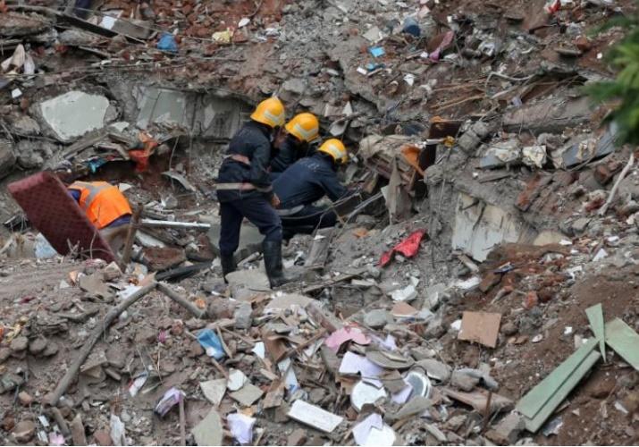 تصاویر   ریزش ساختمان ۴ طبقه در بمبئی   ۱۷ نفر کشته شدند، عدهای زیر آوارند