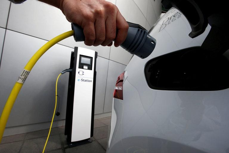 فروش خودروهای بنزینی و دیزلی تا ۲۰۴۰ در انگلیس ممنوع میشود/پیروزی برای خودروهای الکتریکی