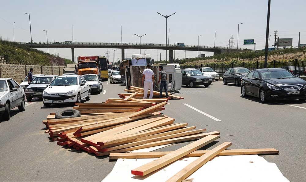 تصاویر | واژگونی کامیونت حامل بار چوب در اتوبان آزادگان