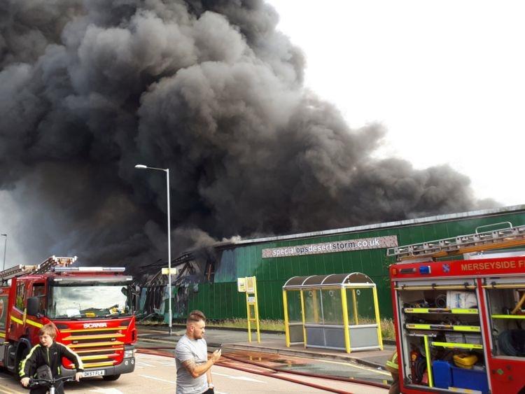 تصاویر   آتشسوزی بزرگ در یک مرکز تفریحی در شهر لیورپول انگلیس