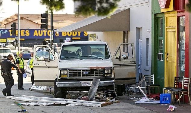 تصاویر | تصادف شدید یک خودرو با مشتریهای رستوران در لسآنجلس