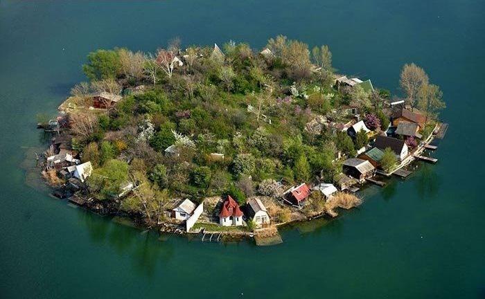 تصاویر   دریاچه کریستالی با جزایر چند خانواری در حوالی دانوب