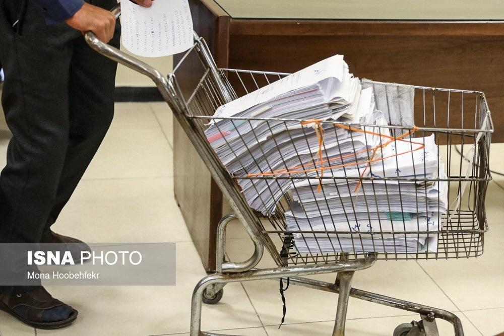 عکس   روشی عجیب برای حمل پروندههای قطور متهمان نفتی!