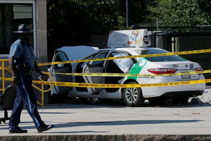 تصاویر | زیر گرفتن عابران پیاده فرودگاه بوستون توسط تاکسی | ۱۰ نفر زخمی شدند