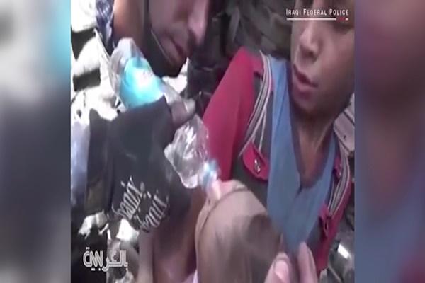 فیلم | نجات کودکان از خانههایی که داعش منفجر کرد