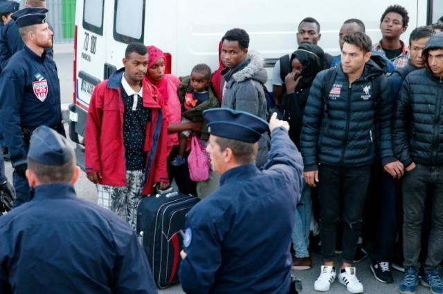 تصاویر | پناهجویانی که از کمپ پاریس بیرون شدند