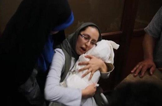 فیلم | آخرین لالایی مادر برای بنیتا پیش از خاکسپاری
