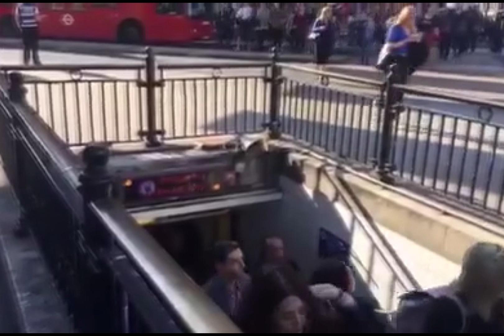 فیلم | آتشسوزی در متروی لندن | ایستگاه آکسفورد تخلیه شد