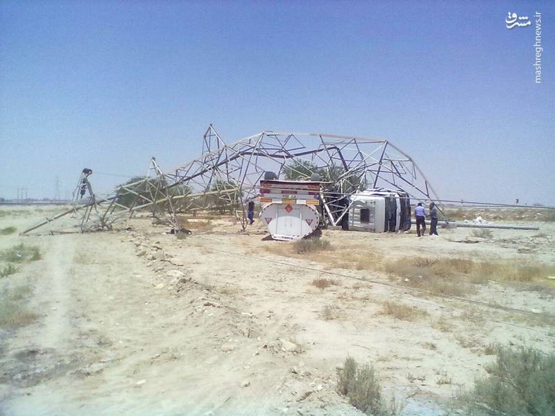 عکس | تصادف تریلی با دکل برق فشار قوی