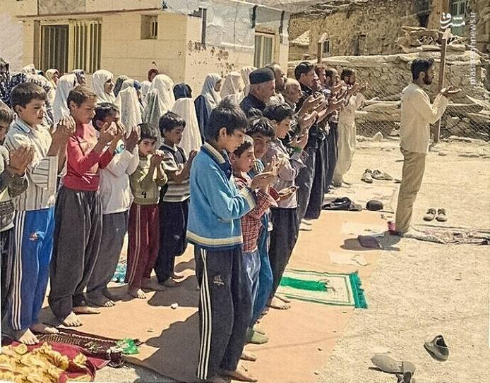 عکس | پیشنمازی شهید حججی در مناطق محروم