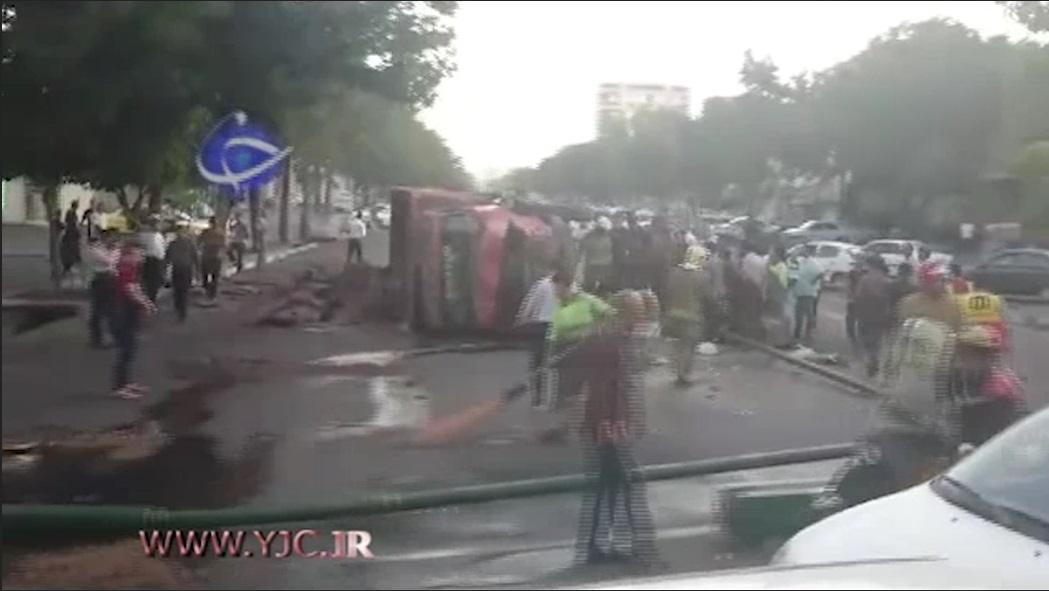 فیلم   واژگونی کامیون در خیابان استخر تهران