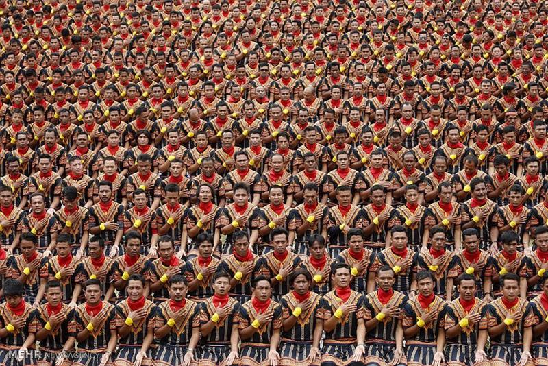 تصاویر | تلاش ۱۰ هزار نفری مردان اندونزی برای جذب گردشگر