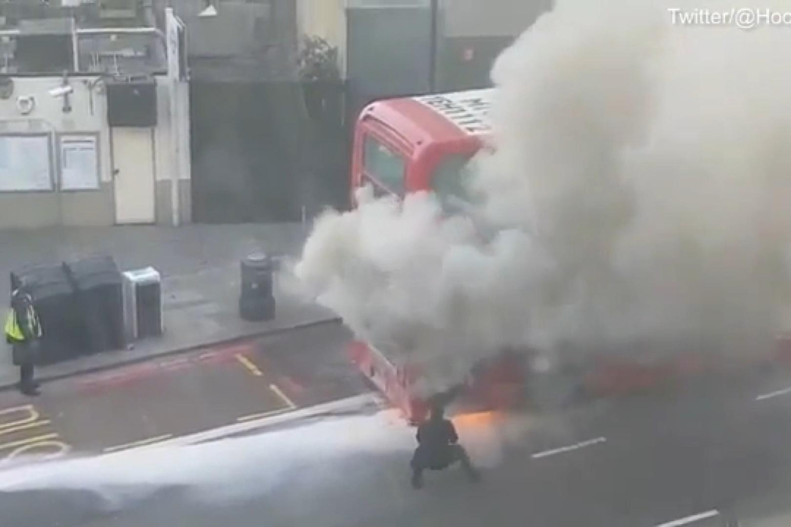 فیلم | حریق ناگهانی یک اتوبوس در خیابانهای لندن