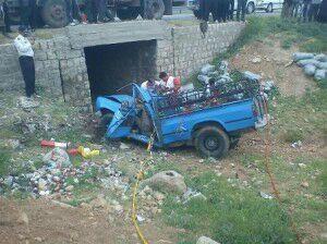 نیسان آبی با بار خیار واژگون شد/ راننده در این حادثه جان باخت