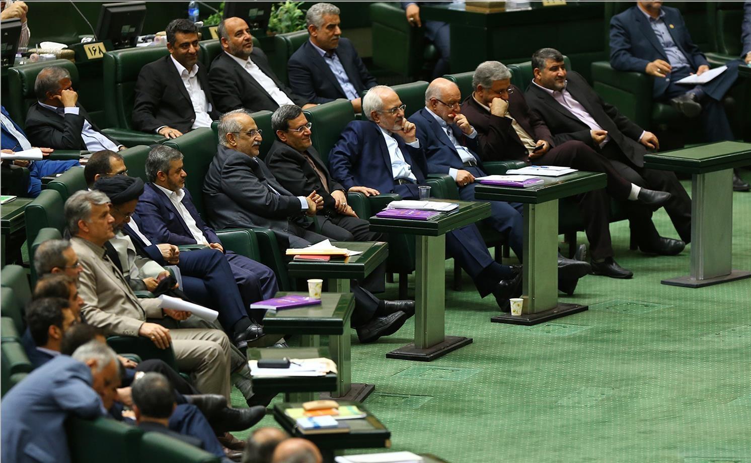 پسلرزه توهین به مرد هستهای در مجلس/ گعدههای نمایندگان با وزرای پیشنهادی/ روبوسی بعد از مخالفت