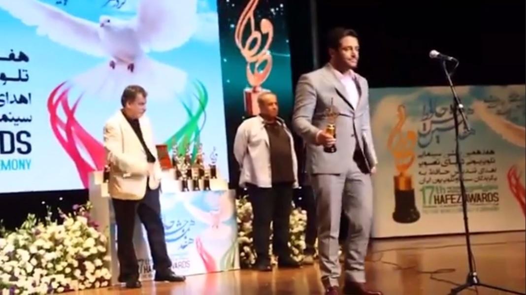 فیلم | لحظه اهداى تندیس حافظ به محمدرضا گلزار و تشویق حضار