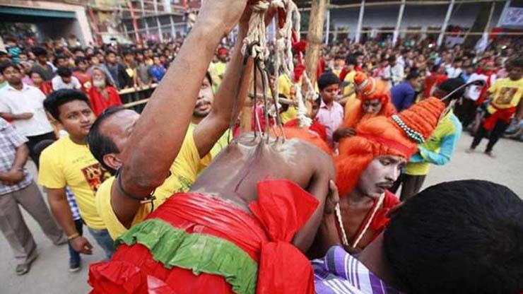 تصاویر | دلخراشترین تفریح دنیا؛ مردانی که خود را با قلاب آویزان میکنند!
