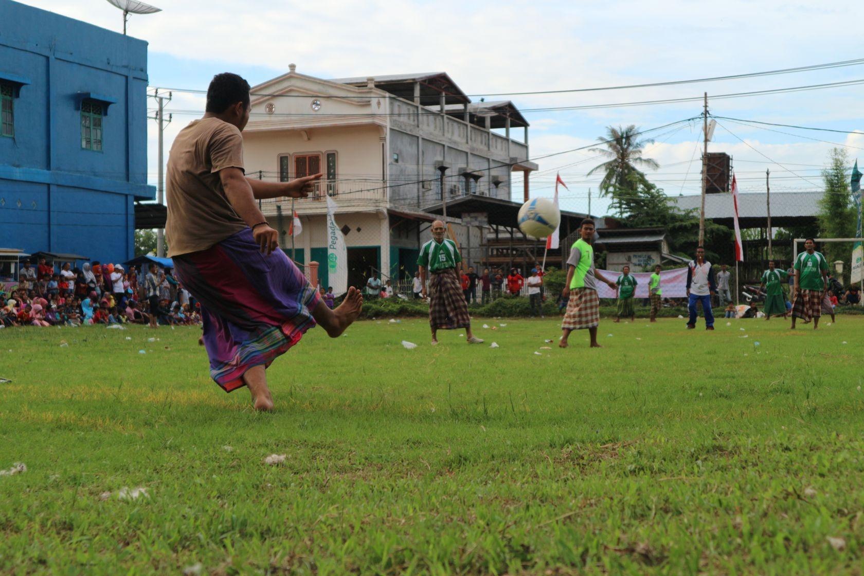 تصاویر | فوتبال مردان اندونزی با دامنهای سنتی