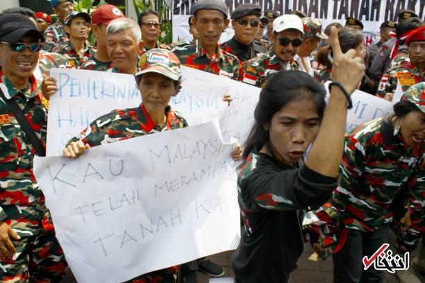 تصاویر | بالارفتن از سفارت در اعتراض به چاپ وارونه پرچم