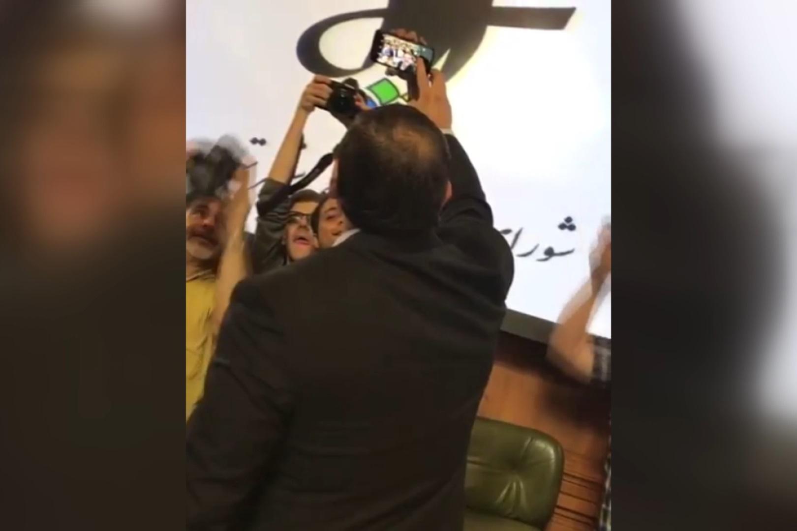 فیلم | حاشیههای جدیدی در آخرین روز شورای شهر؛ از سلفی گرفتن با اعضا تا دستبوسی از چمران