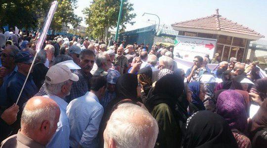 تجمع بازنشستگان مقابل مجلس/ اعتراض به عدم همسانسازی حقوق ادامه دارد