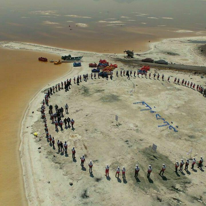 هلالاحمری ها زنجیره انسانی احیای دریاچه ارومیه تشکیل دادند