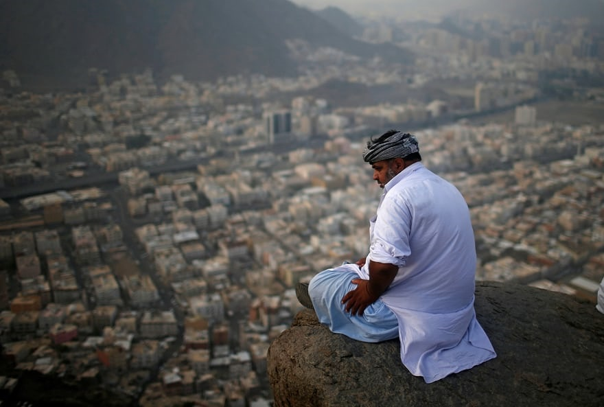 تصویر رویترز از زائر خانه خدا بر بلندای کوه جبلالنور
