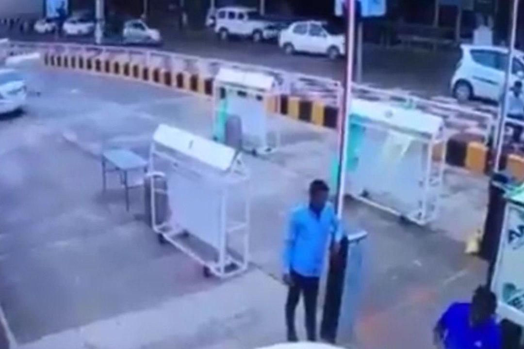فیلم | فرار یک خودرو از پرداخت کردن عوارضی