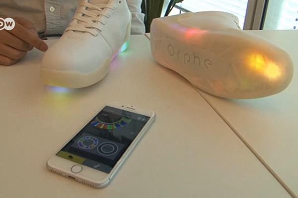 فیلم | اختراع جدید ژاپنیها؛ کفشهای چراغدار جایگزین موبایلهای هوشمند