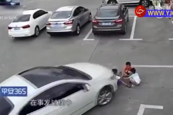 فیلم | زیر گرفتن ۳ کودک در پارکینگ مرکز خرید