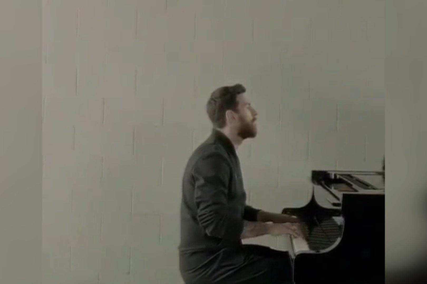 فیلم | وفتی لیونل مسی پیانو مینوازد